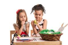 ζωγραφική κοριτσιών αυγώ&nu Στοκ φωτογραφία με δικαίωμα ελεύθερης χρήσης