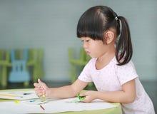 Ζωγραφική κοριτσιών παιδιών με το πινέλο και τα υδατοχρώματα Στοκ εικόνα με δικαίωμα ελεύθερης χρήσης