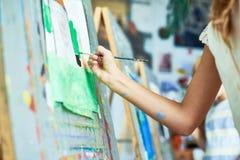 Ζωγραφική κοριτσιών στην κατηγορία τέχνης Στοκ Εικόνες