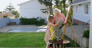 Ζωγραφική κορών και γιαγιάδων στον καμβά 4k απόθεμα βίντεο