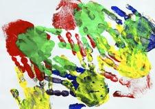 Ζωγραφική με τις ζωηρόχρωμες τυπωμένες ύλες χεριών παιδιών απεικόνιση αποθεμάτων