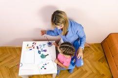 Ζωγραφική μητέρων και κορών Στοκ εικόνα με δικαίωμα ελεύθερης χρήσης