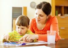 Ζωγραφική μητέρων και μωρών σε χαρτί Στοκ φωτογραφία με δικαίωμα ελεύθερης χρήσης