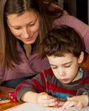 ζωγραφική μητέρων παιδιών Στοκ εικόνα με δικαίωμα ελεύθερης χρήσης