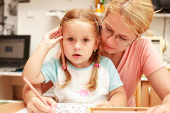 ζωγραφική μητέρων παιδιών Στοκ φωτογραφία με δικαίωμα ελεύθερης χρήσης
