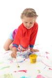 Ζωγραφική μικρών κοριτσιών με το πινέλο Στοκ φωτογραφίες με δικαίωμα ελεύθερης χρήσης