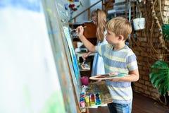 Ζωγραφική μικρών παιδιών στην κατηγορία τέχνης Στοκ φωτογραφία με δικαίωμα ελεύθερης χρήσης