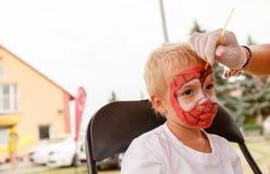Ζωγραφική μικρών παιδιών και σωμάτων Στοκ φωτογραφίες με δικαίωμα ελεύθερης χρήσης