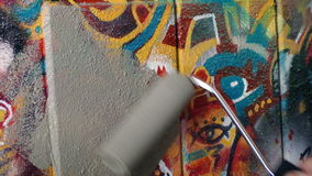 Ζωγραφική πέρα από τα γκράφιτι στον τοίχο απόθεμα βίντεο