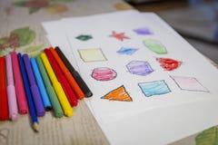 Ζωγραφική παιδιών και αριθμοί χρωματισμού για το άσπρο φύλλο στο σπίτι στοκ εικόνες