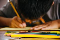 Ζωγραφική παιδιών με το χρωματισμένο μολύβι στοκ φωτογραφία