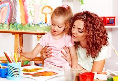 Ζωγραφική παιδιών με το mum. Στοκ φωτογραφίες με δικαίωμα ελεύθερης χρήσης