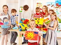 Ζωγραφική παιδιών στο σχολείο τέχνης. Στοκ Εικόνα