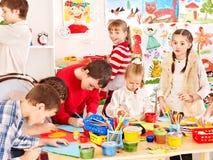 Ζωγραφική παιδιών στο σχολείο τέχνης. Στοκ φωτογραφία με δικαίωμα ελεύθερης χρήσης