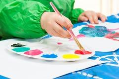 Ζωγραφική παιδιών με τη βούρτσα στοκ εικόνα με δικαίωμα ελεύθερης χρήσης