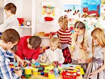 Ζωγραφική παιδιών στο σχολείο τέχνης. Στοκ Φωτογραφία