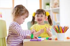 Ζωγραφική παιδιών χαμόγελου στο σπίτι ή κέντρο ημερήσιας φροντίδας Στοκ Φωτογραφία