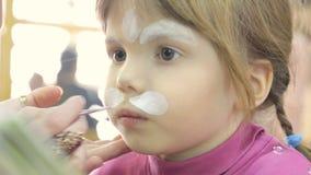 Ζωγραφική προσώπου παιδιών όπως μια γάτα απόθεμα βίντεο