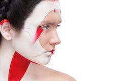 Ζωγραφική προσώπου στο ύφος της Ιαπωνίας Ζωηρόχρωμη σύνθεση τέχνης σώματος Γκέισα που απομονώνονται στο άσπρο υπόβαθρο με το διάσ στοκ εικόνα