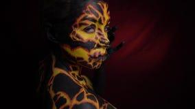 Ζωγραφική σώματος στο σώμα κοριτσιών ` s υπό μορφή ηφαιστειακής λάβας, η οποία κτυπιέται ήπια και ξετυλίγει στη κάμερα φιλμ μικρού μήκους