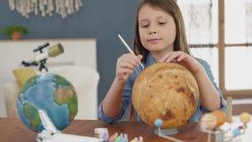 Ζωγραφική τέχνης του διαστημικού πλανήτη από τα δημιουργικά παιδιά στο δωμάτιο για την έννοια χόμπι απόθεμα βίντεο