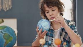 Ζωγραφική τέχνης του διαστημικού πλανήτη από το δημιουργικό παιδί στο σχολείο για την έννοια χόμπι απόθεμα βίντεο