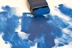 Ζωγραφική του εξοπλισμού με το υγρό μπλε χρώμα στοκ εικόνα με δικαίωμα ελεύθερης χρήσης
