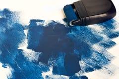 Ζωγραφική του εξοπλισμού με το υγρό μπλε χρώμα στοκ φωτογραφία με δικαίωμα ελεύθερης χρήσης