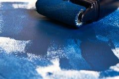 Ζωγραφική του εξοπλισμού με το υγρό μπλε χρώμα στοκ εικόνες