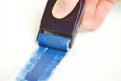 Ζωγραφική του εξοπλισμού με το υγρό μπλε χρώμα στοκ φωτογραφία