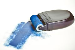 Ζωγραφική του εξοπλισμού με το υγρό μπλε χρώμα στοκ φωτογραφίες