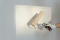 Ζωγραφική του κυλίνδρου σε ένα χέρι ατόμων ` s Στοκ Εικόνες