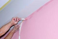 Ζωγραφική του τοίχου του νέου διαμερίσματος κενά ζωγραφικής μετά από την καλύπτοντας ταινία Παραδίδει το χρώμα Στοκ Φωτογραφίες