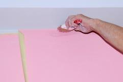Ζωγραφική του τοίχου του νέου διαμερίσματος κενά ζωγραφικής μετά από την καλύπτοντας ταινία Στοκ Εικόνες