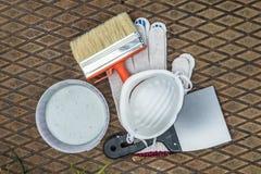 Ζωγραφική των εργαλείων στο μεταλλικό πιάτο στη χλόη Στοκ φωτογραφία με δικαίωμα ελεύθερης χρήσης