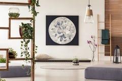 Ζωγραφική φεγγαριών επάνω από το κρεβάτι χαλιών tatami στο ιαπωνικό επίπεδο interi ύφους στοκ φωτογραφίες