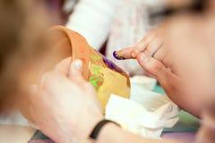 Ζωγραφική χεριών γονέων χεριών παιδιών Στοκ Εικόνα