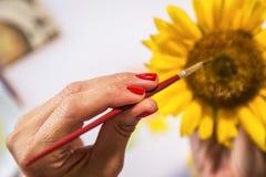 Ζωγραφική χεριών γυναικών στοκ φωτογραφία