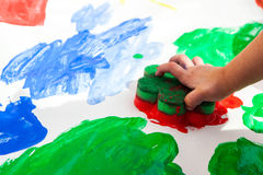 Ζωγραφική χεριών παιδιών Στοκ φωτογραφία με δικαίωμα ελεύθερης χρήσης
