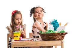Ζωγραφική δύο κοριτσιών Στοκ φωτογραφία με δικαίωμα ελεύθερης χρήσης