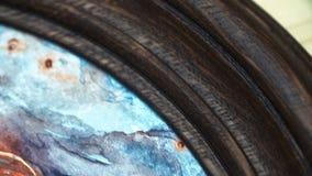 Ζωγραφική Watercolor σε ένα στρογγυλό ξύλινο πλαίσιο σε ένα ράφι Πράσινα φυτά στην ανασκόπηση Στούντιο της Βοημίας γύρω από δημιο απόθεμα βίντεο