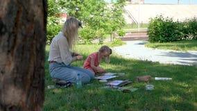 Ζωγραφική Watercolor του μικρού κοριτσιού και του δασκάλου της απόθεμα βίντεο