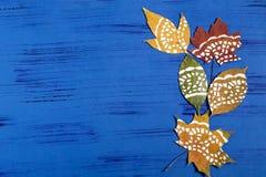 Ζωγραφισμένος στο χέρι στα ξηρά φύλλα φθινοπώρου στοκ φωτογραφίες