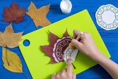 Ζωγραφισμένος στο χέρι στα ξηρά φύλλα φθινοπώρου στοκ φωτογραφία με δικαίωμα ελεύθερης χρήσης