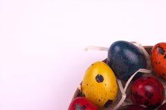 Ζωγραφισμένο στο χέρι χρωματισμένο κρητιδογραφία υπόβαθρο αυγών ορτυκιών Πάσχας Στοκ φωτογραφία με δικαίωμα ελεύθερης χρήσης