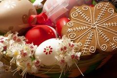 Ζωηρά αυγά Πάσχας στο καλάθι στοκ εικόνα