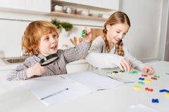 Ζωηρά εύθυμα παιδιά που έχουν τη διασκέδαση που κάνει math Στοκ Εικόνες