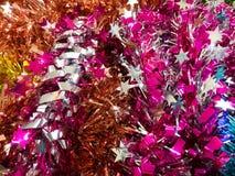 Ζωηρές ζωηρόχρωμες κορδέλλες αστεριών και βούρτσα Pom Pom για τη διακόσμηση Στοκ Φωτογραφίες