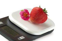 Ζωηρές φράουλες στην κλίμακα κουζινών στοκ φωτογραφία