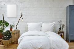 Ζωηρή κρεβατοκάμαρα στη σοφίτα στούντιο Στοκ Εικόνες